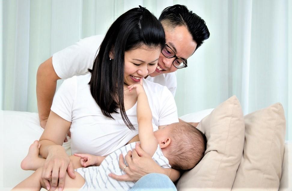 Tập bé vừa bú bình vừa bú mẹ